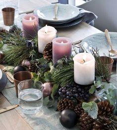 So funktioniert der Look »Nordische Weihnachten«: Advent Advent ein Lichtlein brennt! Die moderne Farbkombi aus verschiedenen Grautönen, Schwarz und Salbeigrün wirkt auch auf dem Tisch cool aber nicht kühl. Dekoriert wird ohne viele Schnörkel mit natürlichen Zweigen und Kerzen, ein paar Kupferdetails veredeln den Look dezent. // Weihnachten Weihnachtsdekoration Advent Deko Tischdekoration Winter Skandinavisch #Weihnachten #Weihnachtsdekoration #Advent #Deko