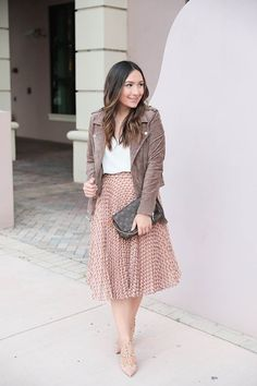 The perfect addition to your fall wardrobe is a suede moto jacket. This one in particle is super comfortable and pairs well with a pleated skirt or jeans! Source by outfits Pleated Skirt Outfit, Skirt Outfits, Dress Skirt, Suede Skirt, Winter Outfits Women, Casual Winter Outfits, Spring Outfits, Mode Outfits, Fashion Outfits