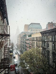 newyorkfromabove:  Snowfall on Washington Square Park, Greenwich Village, NYC [iphone]