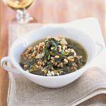 Prepara la zuppa di erbe miste e farro agli aromi: segui le indicazioni della ricetta di Sale&Pepe e porta in tavola un piatto che unisce gusto e leggerezza.
