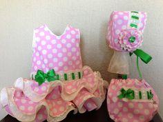 Traje flamenca, realizado en popelin rosa y lunares beige combinado combinado con lazo verde