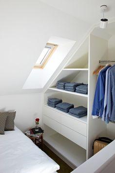45 Small dressing rooms ideas: maximum comfort and minimum space Attic Apartment, Attic Rooms, Attic Spaces, Small Spaces, Attic Bathroom, Small Rooms, Bedroom Small, Trendy Bedroom, Attic 24