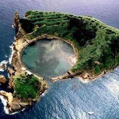 Açores - Vila Franca do Campo é uma vila portuguesa na ilha de São Miguel, Região Autónoma dos Açores, sede de um pequeno município com 78,00 km² de área e 11 229 habitantes, subdividido em 6 freguesias.