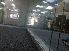 Detalle mampara IT-CONCEPT Modelo Berlin. Perfiles color plata, vidrios laminados de seguridad 5+5 y cámara interior. Color Plata, Madrid, Stairs, Home Decor, Templates, Offices, Beds, Interiors, Colors