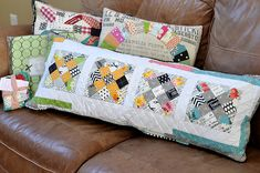 Just LOVE this couch cushion idea (colour scheme needs to be different for moi) Sewing Pillows, Diy Pillows, Throw Pillows, Patchwork Pillow, Quilted Pillow, Granny Square Quilt, Long Pillow, Crafty Fox, Pillow Inspiration