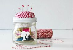 DIY Mason Jar Christmas Craft Ideas - Sewing Kit in a Jar - Click pic for 25 Holiday Crafts for Kids Pot Mason Diy, Mason Jar Gifts, Mason Jars, Pots Mason, Glass Jars, Handmade Christmas Gifts, Christmas Crafts, Christmas Child, Homemade Christmas