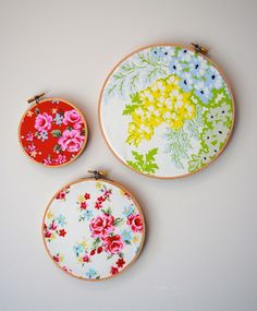 Fabric Embriodery Hoops as Wall Art…I'd add some embroidery touches to make a wall statement Embroidery Hoop Crafts, Floral Wall Art, Sewing Studio, Interior Design Tips, Design Crafts, Giant Wall Art, Sewing Rooms, Vintage Sewing, Easy Crafts