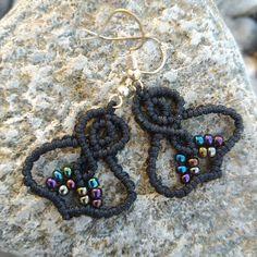Wunderschöne, verspielte Makramee-Hängeohrringe im orientalischen Design mit verschlungenen Ornamenten. Die Ohrringe sind aus Polyester-Makramee-Garn handgeknüpft und mit mehreren regenbogenfarbenen Glasperlen verziert. Die Stecker sind laut Herstellerangaben und Prägung aus echtem Silber. Das Modell ist als Paar und in unterschiedlichen Farbstellungen erhältlich. In jedem einzelnen Ohrhänger sind je 10 Stück Rocailles-Perlen verarbeitet, die in Regenbogenfarben schillern. Crochet Earrings, Beaded Bracelets, Jewelry, Fashion, Oriental Design, Rainbow Colours, Lute, Glass Beads, Plugs