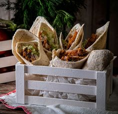 Wraps με τραγανό κοτόπουλο και σάλτσα γιαούρτι λεμόνι Gyro Pita, Tacos, Wraps, Mexican, Ethnic Recipes, Burgers, Pizza, Food, Hamburgers