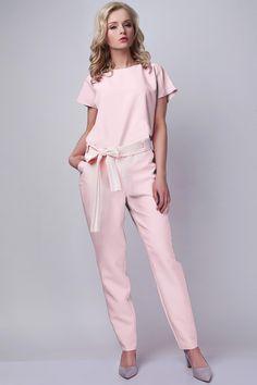 Porter une combinaison ou une robe colorée est un choix pratique lorsque vous ne souhaitez pas faire de fashion faux pas pour porter votre couleur préférée.