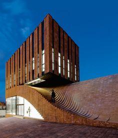 """Decía Ludwig Mies van der Rohe que """"la arquitectura empieza cuando se juntan cuidadosamente dos ladrillos. Ahí nace"""".Esta serie de dos volúmenes recorre el mundo en busca de los edificios de ladrillo …"""