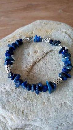 Armband gemaakt met memory wire, lapis lazuli en tibetaanse kralen.