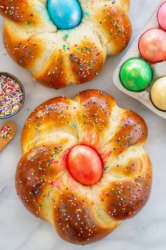 A traditional Italian Easter Bread recipe thats easy to make! A holiday bread with a colorful egg in the middle that's fun to decorate with family. Easter Dinner, Easter Brunch, Italian Easter Bread, Italian Bread, Special Recipes, Pastel Rectangular, Easter Bread Recipe, Bread Recipes, Cooking Recipes