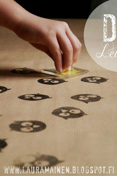 Lauramainen: DIY Owl Stamp Gift Wrap