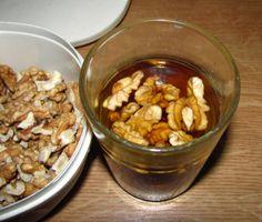 Moje pravdy - Proč namáčím ořechy Ořechy a semena očistíme a propereme ve vodě. Jakákoliv nečistota by mohla začít fermentovat a tak by nepříjemně změnila chuť. Pak už je pouze vložíme do nádoby s destilovanou nebo přefiltrovanou vodou a to nejlépe v poměru 3 až 4 díly vody na 1 díl semen/ořechů. Nechte je namočené něco mezi 8 a 36 hodinami. Nezapomeňte vyměňovat vodu každých 6 až 8 hodin ...prostě moc chutnají, máte pocit, že jíte čerstvé vlašáky, lískáče, mandle... zkuste...
