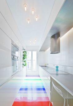 Bodenbelag in Regenbogenfarben in der Küche