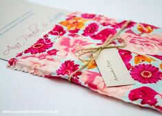 modelo AP: convite de casamento com envelope em tecido e convite em papel reciclado - Galeria de Convites