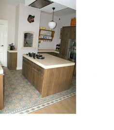 Antique encaustic floor tiles in kitchen. Oude vloertegels uit de collectie van FLOORZ toegepast in de keuken.