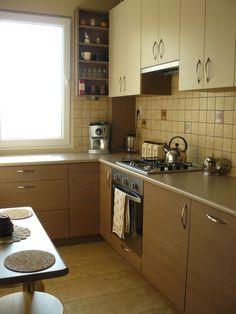 Wnętrza, Wąska kuchnia w wielkiej płycie ;) - zdjęcie pochodzi jeszcze z czasów niezamieszkiwania ;) Ja przeszczęśliwa, że w KOŃCU jest, bo jej urządzanie trwało i trwało. A wszystko... Kitchen Cabinets, Decor, Interior Design, Kitchen, Home, Interior, Cabinet, Home Decor