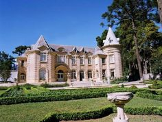 Castle Curitiba, Curitiba / Brazil. Lines of French architecture, built in the 1920s by Luiz Guimaraes grower who, on a visit to France, was impressed with the castles of plain Loire.Tal work follows the eclectic style, cylindrical turret with conical roof, arched portals and the garrets of coverage; roof, tilt font, seems by far to be done with slate.