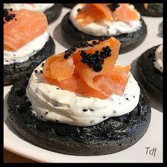 Blinis à l'encre de seiche, chantilly au caviar d'algue et saumon citroné