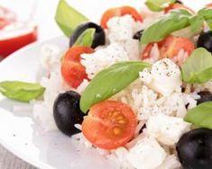 Salade de riz, tomates, féta et olives, sauce au citron vert et basilic : http://www.fourchette-et-bikini.fr/recettes/recettes-minceur/salade-de-riz-tomates-feta-et-olives-sauce-au-citron-vert-et-basilic.html