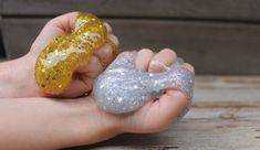 Want to learn how to make slime? How to make slime easy and fast? We choose for you the best recipes for how to make slime at home you will love it! Le Slime, Borax Slime, Slime Toy, Make Slime At Home, Ways To Make Slime, What Is Slime, Ingredients To Make Slime, Popular Slime, Playing With Slime