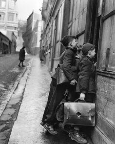 http://undr.tumblr.com/post/73335645295/robert-doisneau-les-ecoliers-curieux-paris-1953