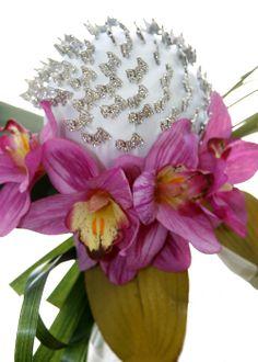 Con orquídeas fucsia y alfiler denovia  estrás de perrito.