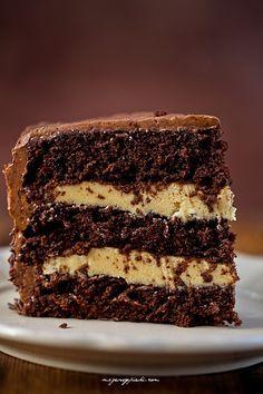 Chocolate caramel cake with buttercream Chocolate Caramel Cake, Chocolate Sponge Cake, Sweet Recipes, Cake Recipes, Dessert Recipes, Pie Cake, No Bake Cake, Realistic Cakes, Yummy Treats