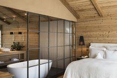 спальня с ванной в стиле шале - фото