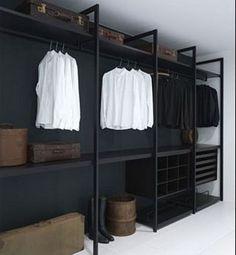 Dressing noir fait avec des étagères et des tasseaux en bois
