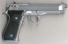Pistola Beretta 92  La Beretta 92 (también Beretta 96 y Beretta 98) es una serie de pistolas semiautomáticas diseñada y fabricada por Beretta Gardone val Trompia, de Brescia, Italia. Fue diseñada en 1972 y la producción de muchas variantes de diferentes calibres continúa en la actualidad. Es famosa por haber substituido a la pistola ACP M1911 calibre .45 como el arma estándar de las Fuerzas Armadas de los Estados Unidos en 1985, en la forma de la pistola M9.
