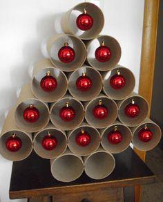 Un sapin de noel facile à faire soi-même avec des rouleaux de papier et quelques boules rouges