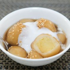 This recipe for Sticky Rice Balls in Ginger Syrup (Che Troi Nuoc) is a gooey warm dessert that is truly my favorite sweet treat. The slightly chewy, sticky dough with its mealy bean filling and oh-so-sweet ginger syrup are a heavenly combination. Dessert Dishes, Dessert Recipes, Rice Desserts, Asian Desserts, Sweet Desserts, Chinese Desserts, Sweet Sticky Rice, Sticky Rice Recipes, Living Room