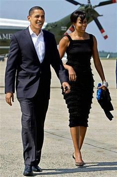 Now is that a look or what? First Lady Michelle Obama and President Barack Obama Michelle Obama Fashion, Michelle And Barack Obama, Black Presidents, American Presidents, Joe Biden, Durham, Presidente Obama, Barack Obama Family, Obama President