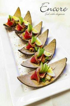 Love this presentation of sushi Gourmet Recipes, Appetizer Recipes, Cooking Recipes, Catering, Nicoise Salad, Hors D'oeuvres, Food Decoration, Appetisers, Creative Food