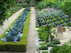 Anche se l'abitudine consolidata vuole che il giardino sia rigorosamente separato dall'orto, il nuovo trend propone una versione alternativa, perfetta per chi ha poco spazio all'aperto o per chi de…