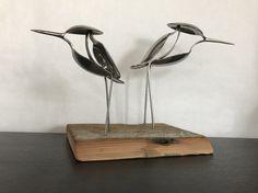 Watvögel aus recycelten Utensilien und auf altem Holz montiert.