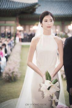 Korean Wedding Hair, Korean Wedding Dresses, Korean Bride, Simple Elegant Wedding, Minimalist Wedding Dresses, Royal Clothing, Asian Bridal, Wedding Poses, Bridal Looks