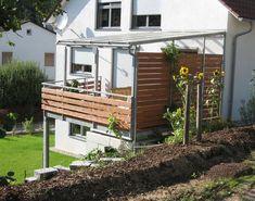 Balkonanbau in verzinkter Ausführung mit Geländer und teilweiser Überdachung mit Verglasung