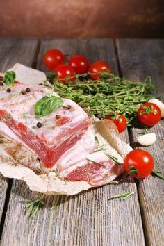 Сырой бекон с пряностями и помидоров на деревянный стол Bacon, Spices, Vegetables, Food, Spice, Essen, Vegetable Recipes, Meals, Yemek