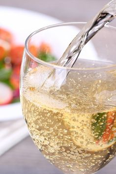 Pin this great weight loss tip: add some sparkling water to your wine, it will help you maintain your weight. Weight Loss Water, Weight Loss Tips, Alcoholic Drinks, Cocktails, Personal Trainer, White Wine, Food, Craft Cocktails, Essen
