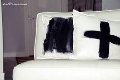 Pensselillä maalatut tyynynpäälliset.