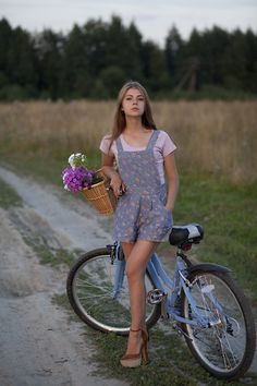 Floral - 7 Adorable Overall Outfit Ideas to Recreate . Mono Floral, Overalls Outfit, Dungarees, Cycle Chic, Bicycle Girl, Bike Style, Country Girls, Street Style Women, Passion For Fashion