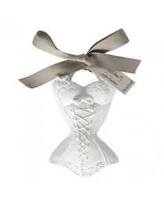 Corse perfumado Mathilde M.    Adorno esculpido en escayola, con forma de Corpiño perfumado.  Ideal para colocarlo en el armario o en el baño.   Descubrirás la agradable fragancia que desprende