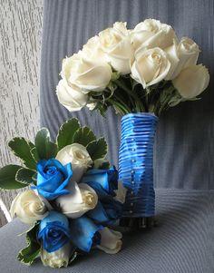 Bouquet de novia en rosas vendelas . Bouquet de dama guia en rosas azules y blancas.