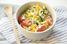 """Geïnspireerd door de """"insalata di riso"""" zoals ze die in Italië veel maken, creëerde ik deze simpele zilvervliesrijst salade. Lekker en kidsproof!"""