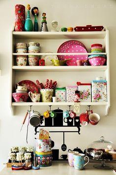 http://www.minhacasaminhacara.com.br/prateleiras-na-decoracao/ -   latinhas