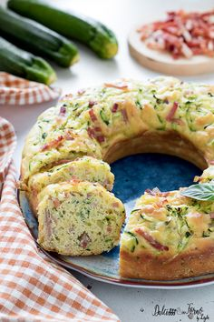 Ricetta Ciambella salata veloce con zucchine, morbida e soffice salad salad salad recipes grillen rezepte zum grillen Food Porn, Good Food, Yummy Food, Antipasto, Cooking Time, Finger Foods, Food Inspiration, Italian Recipes, Zucchini